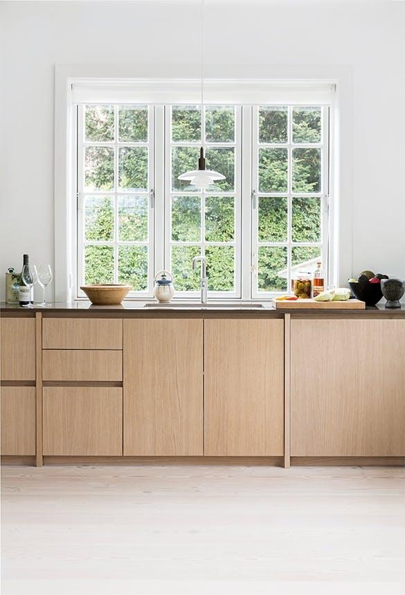 køkken i lyst træ og stort vindue