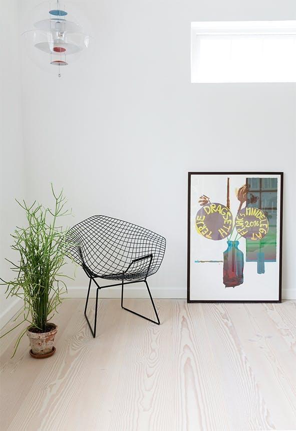 hjørne med stol og plante og billede og lampe i loftet
