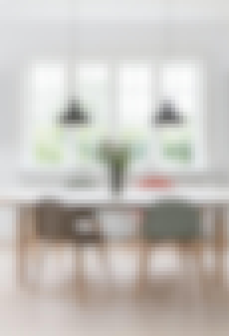 spisestue med spisebord og stole og stort vindue