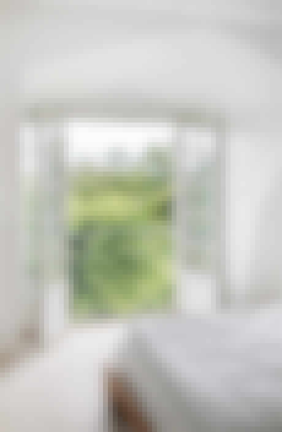 soveværelse med fransk altan ud til skov