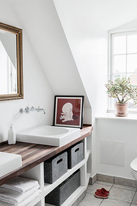 badeværelse med skrå loftvægge