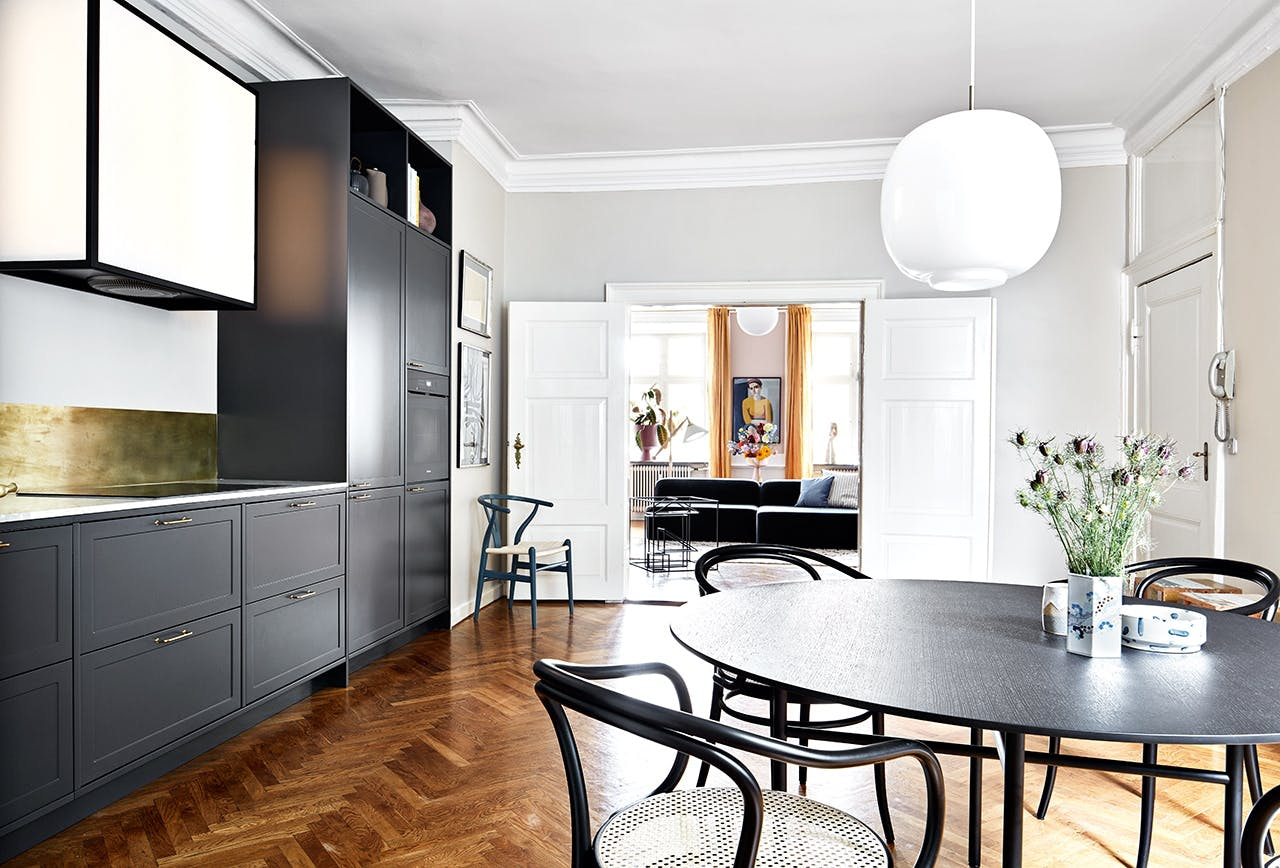køkken og spisestue med udsigt gennem dør til stue