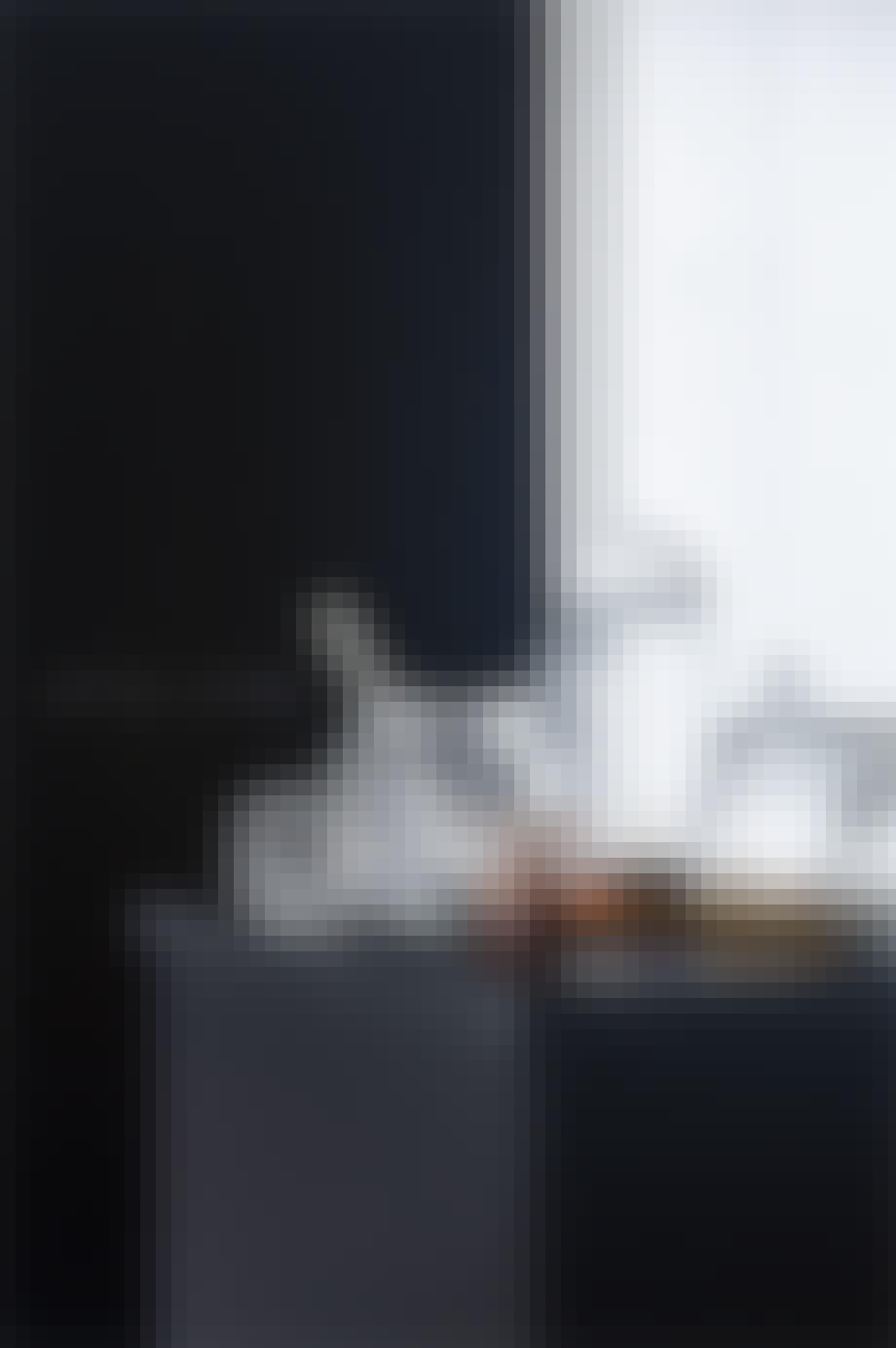 sort bord med krukker i glas
