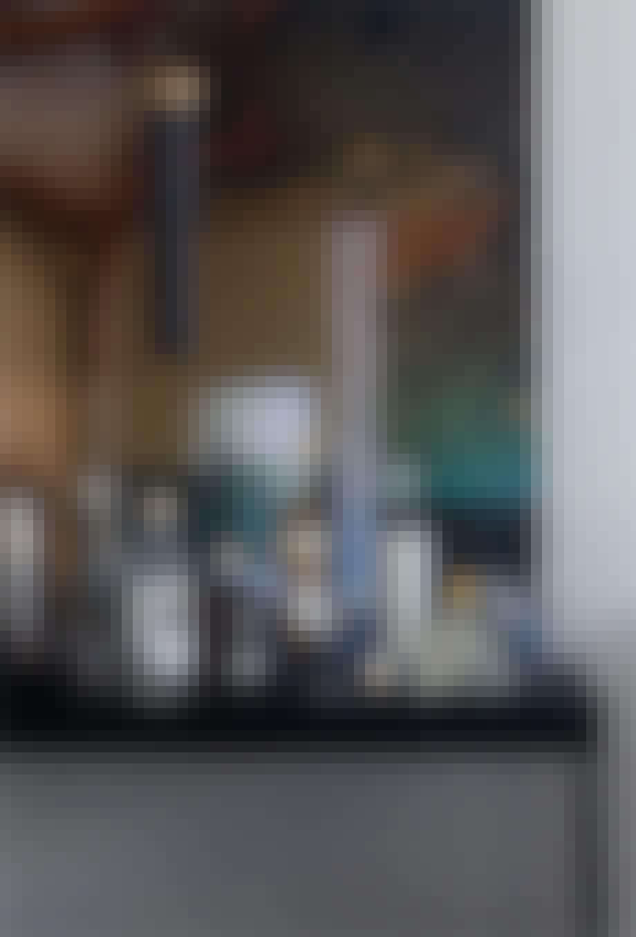 sort bar med spiritusflasker og cocktailglas