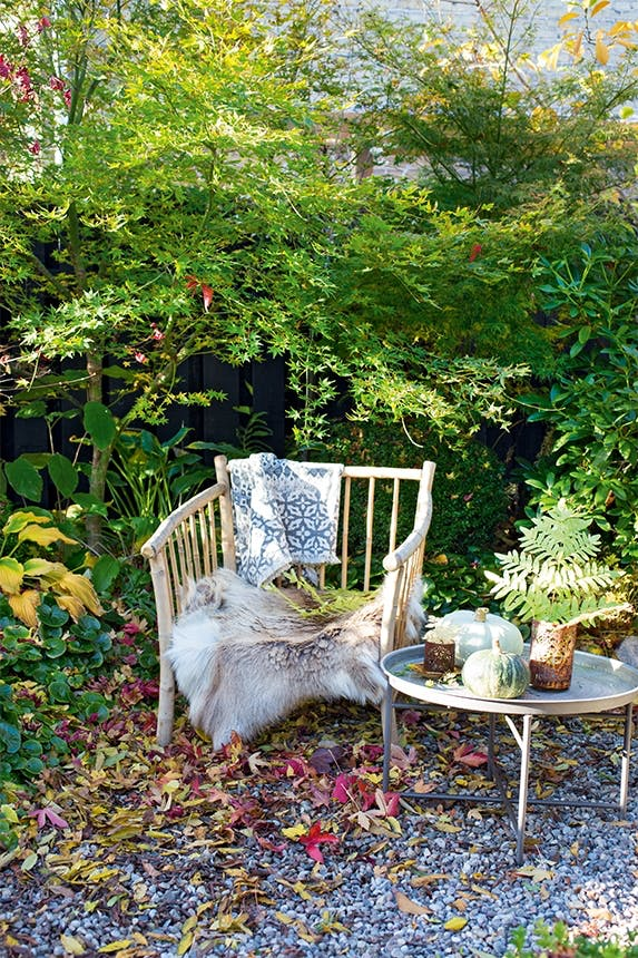 stol med tæppe og bord i have