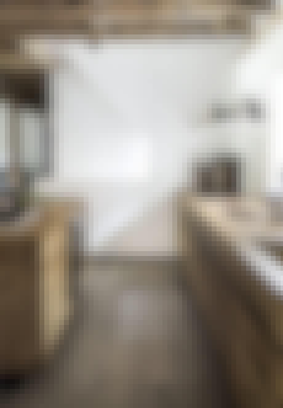 køkken i rustikt træ og bjælker i loftet