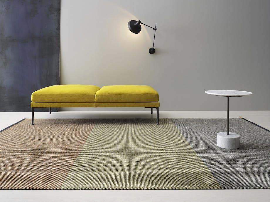 tre-farvet tæppe samler rummet