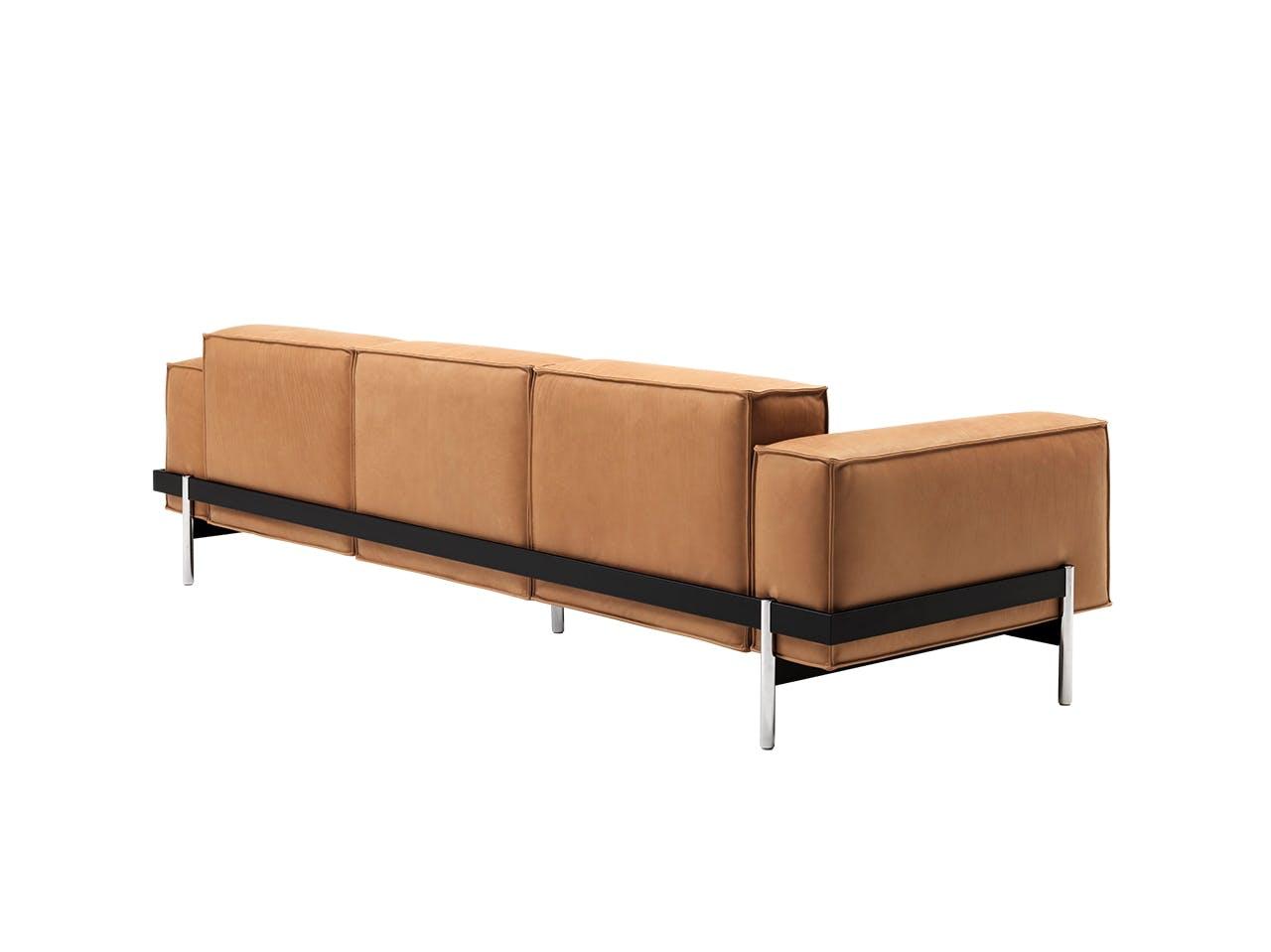 de Sede sofa i karamelfarve med metalrammer