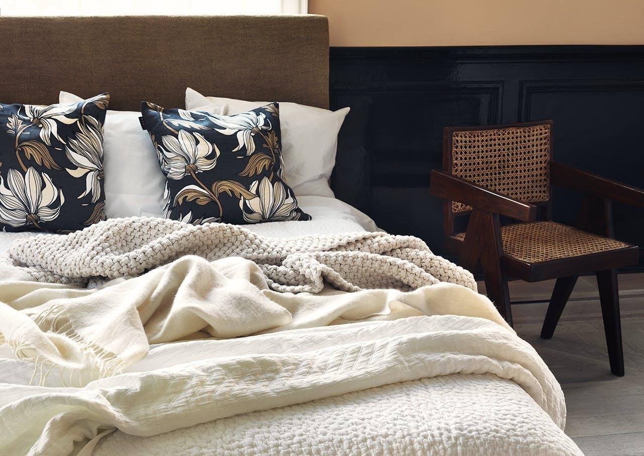 Linum pude, sengetæppe og plaid i en seng