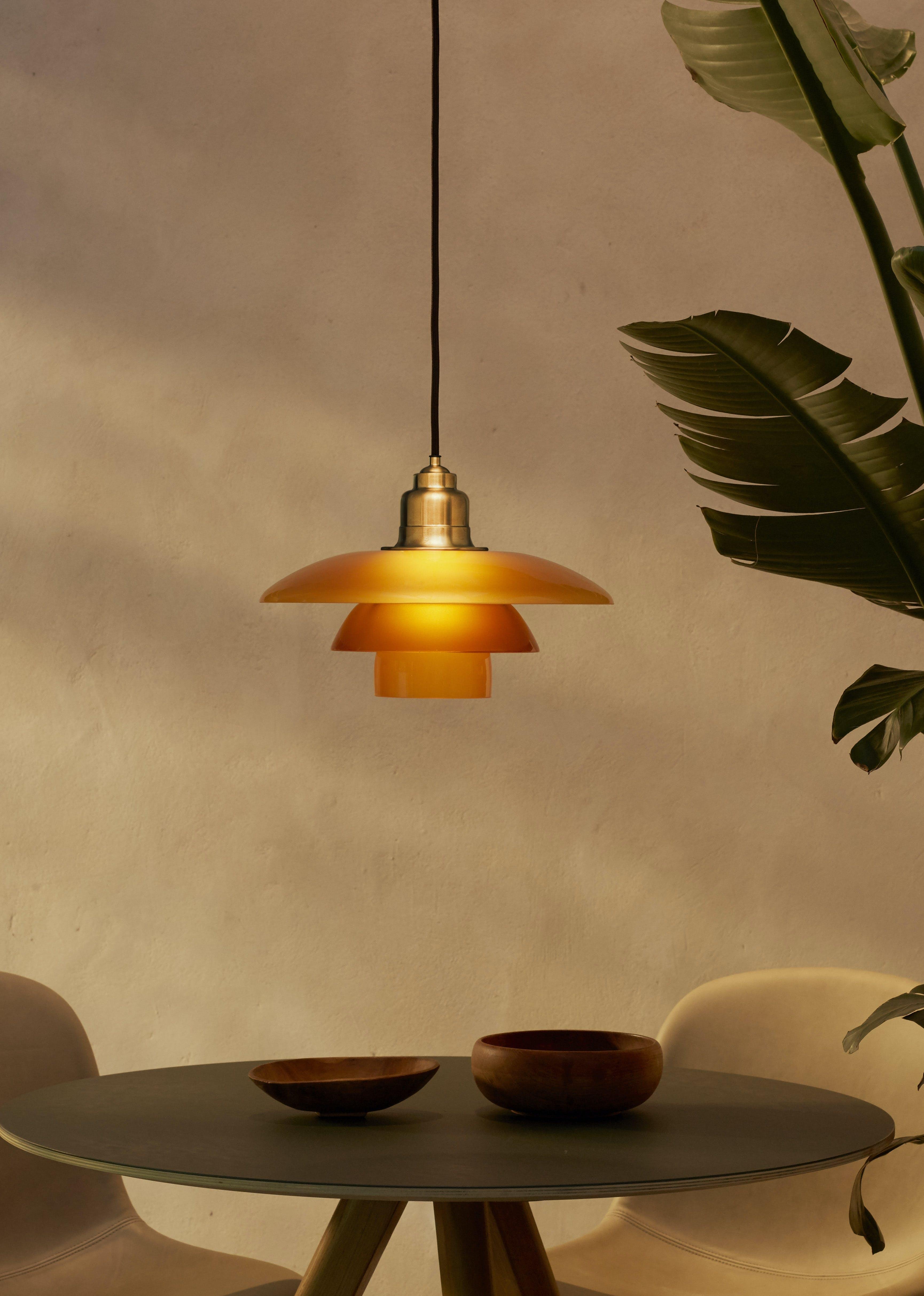 Ikonisk lampe i ravguld nuance