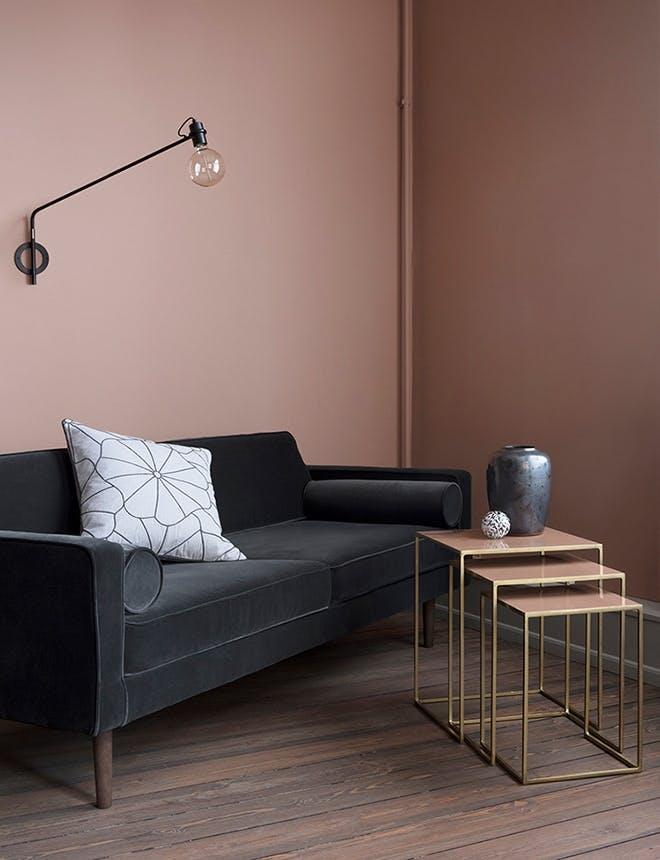 Broste Copenhagen møbler i røde og sorte nuancer