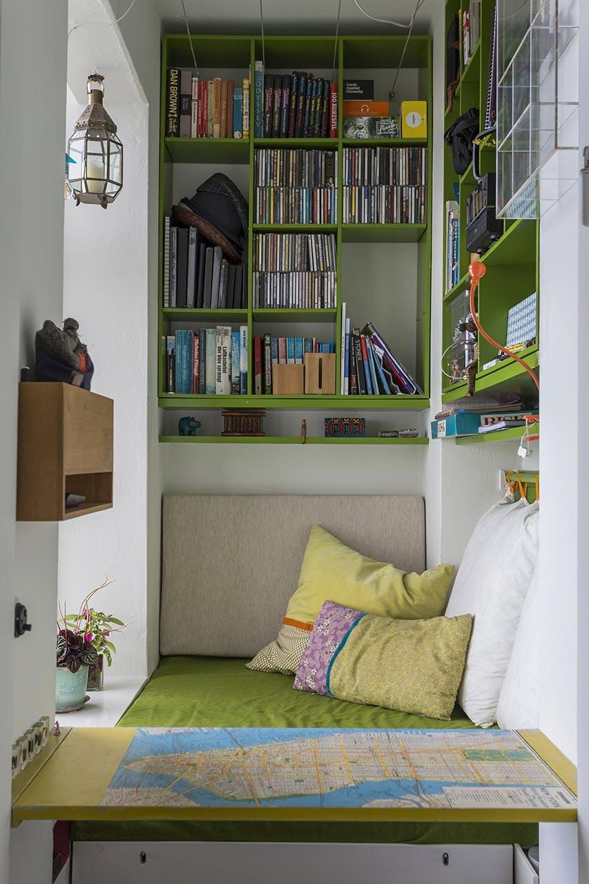 small living danske boligarkitekter drengeværelse reol indbygningssofa