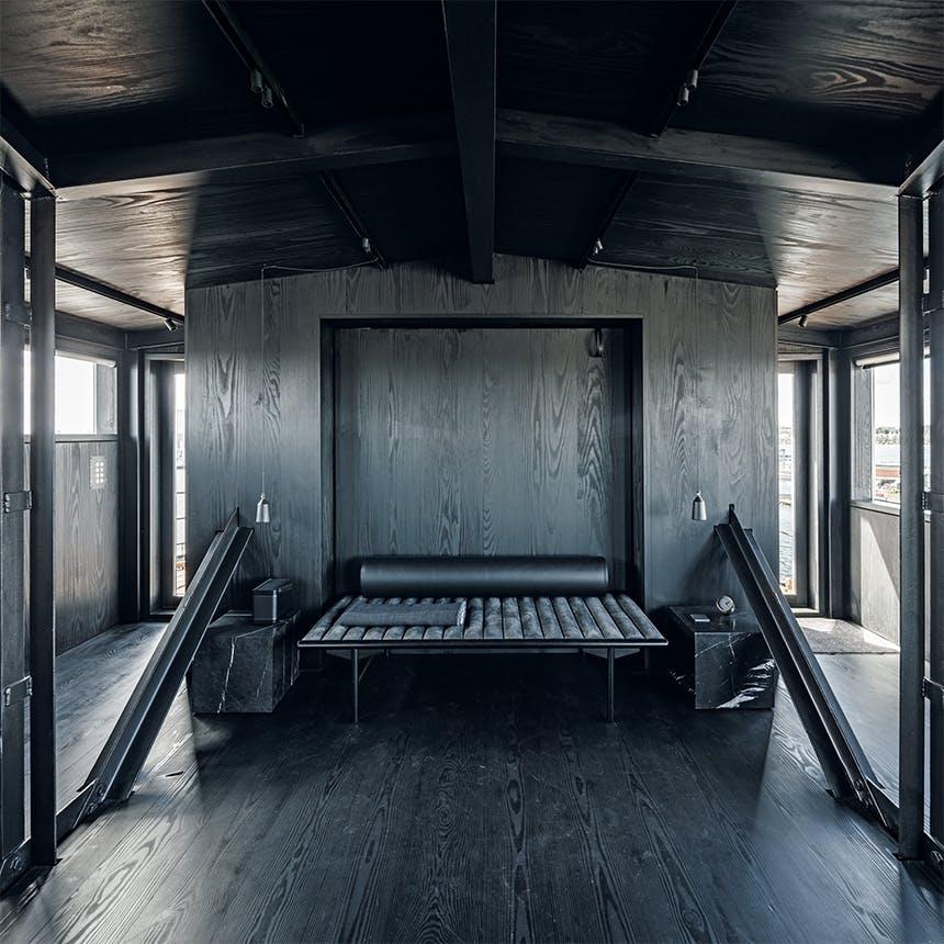 The Krane soveværelse i sort interiør og træ