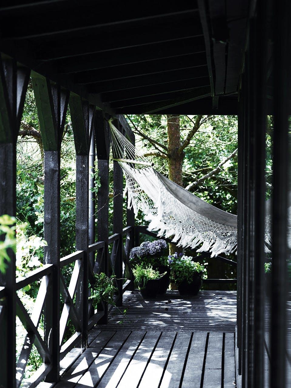 tisvilde sommerhus terrasse hængekøje