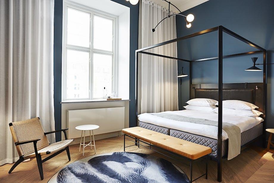 Nobis Hotel Copenhagen soveværelse med blå vægge