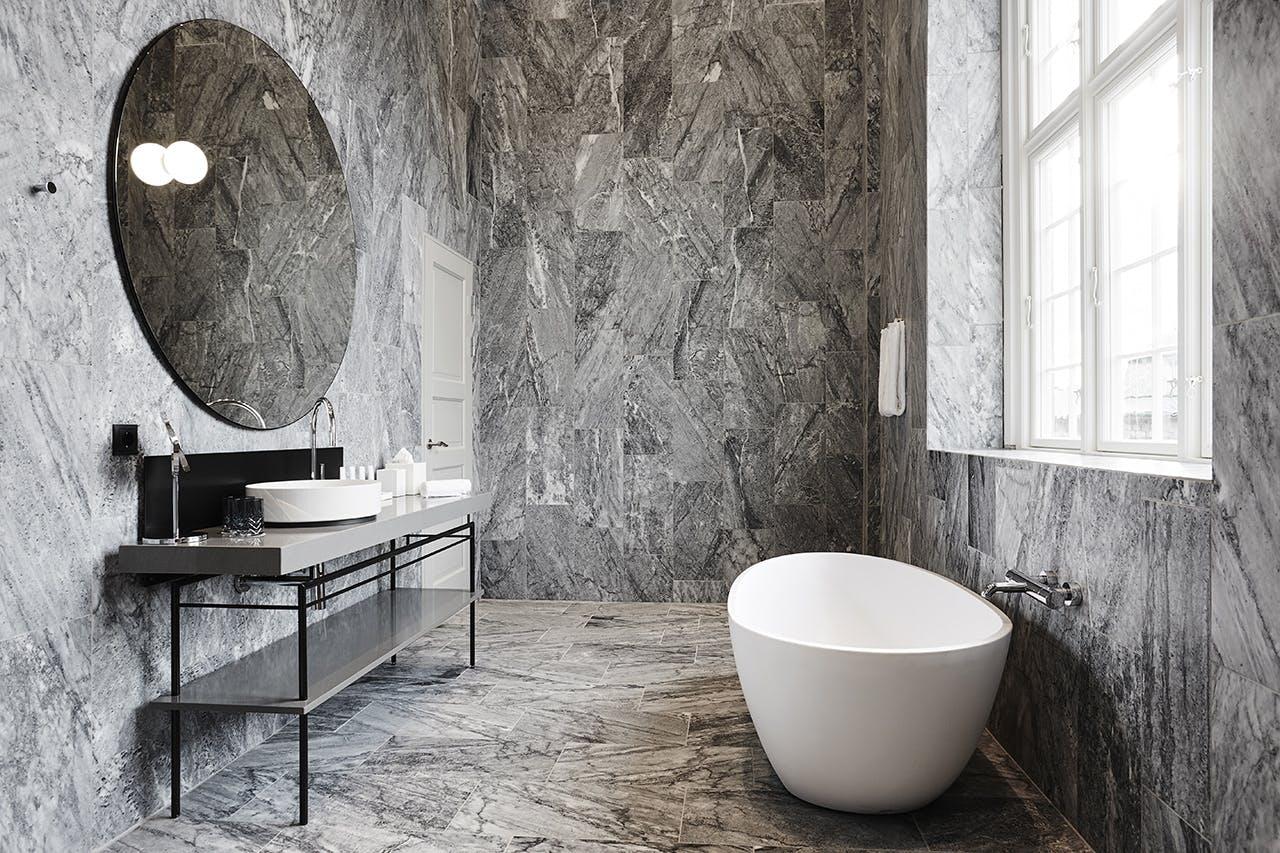 Nobis Hotel Copenhagen badeværelse med marmor vægge og gulv