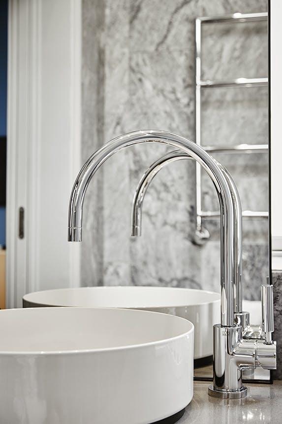 Nobis Hotel Copenhagen håndvask i porcelæn og sølv armaturer
