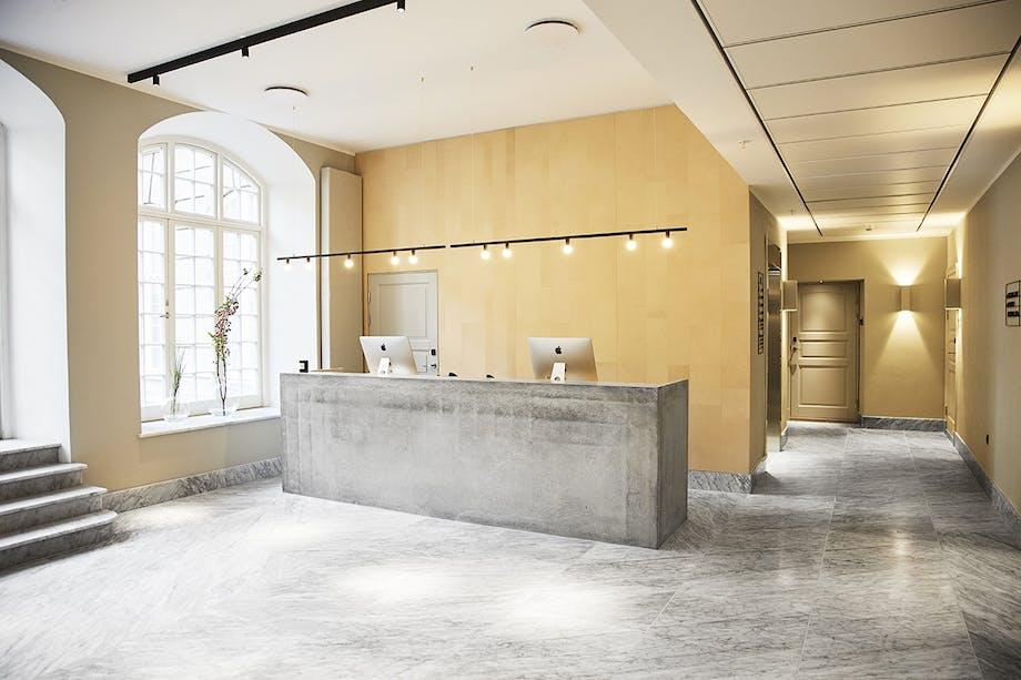 Nobis Hotel Copenhagen reception med marmorgulv