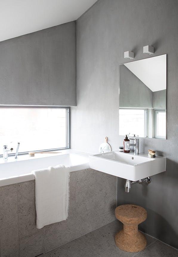 badeværelse i grå sten og badekar