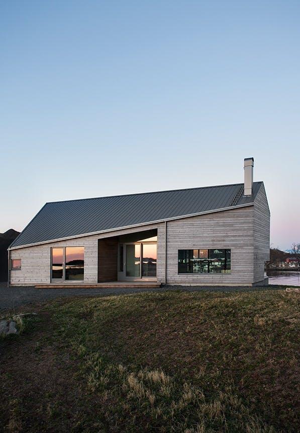 norsk hus i solnedgang