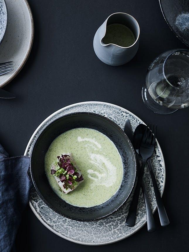 forret af bagt torsk, cremet broccolisuppe og urter