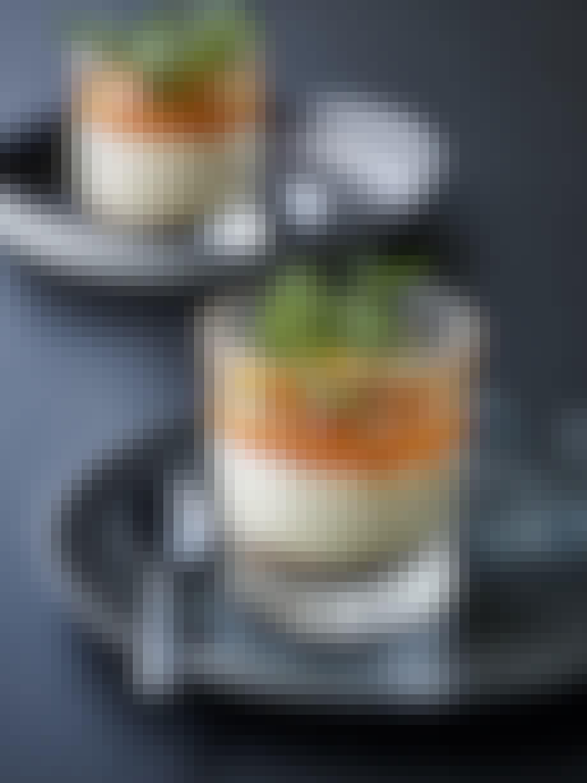 dessert med nøddecrunch med vaniljemousse og havtorn