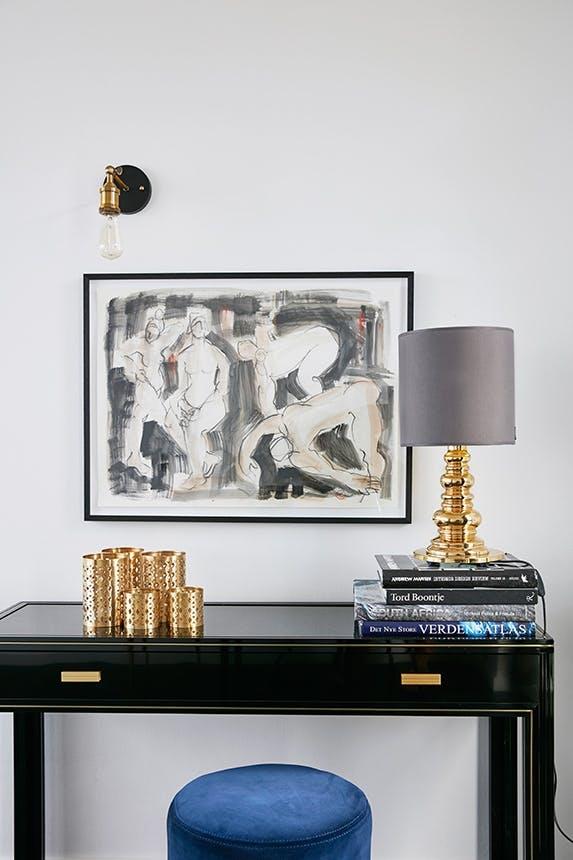 bord med bøger og maleri