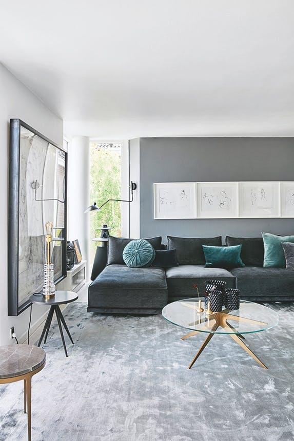 stue med sofa og kunst