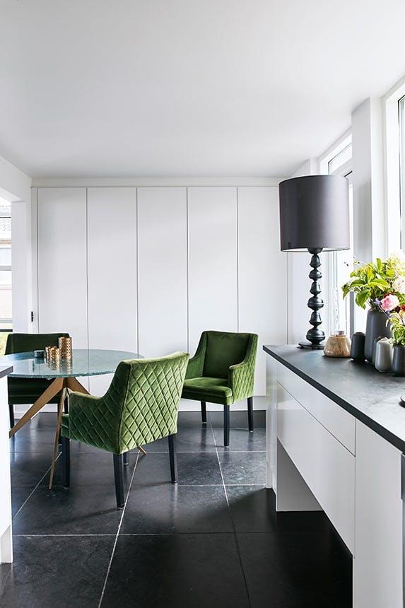 spisebord og stole i køkken
