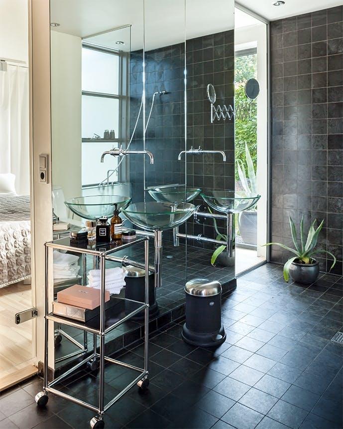 arkitekttegnet hus badeværelse med stor spejlvæg