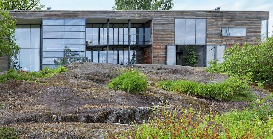 arkitekttegnet hus i rå natur