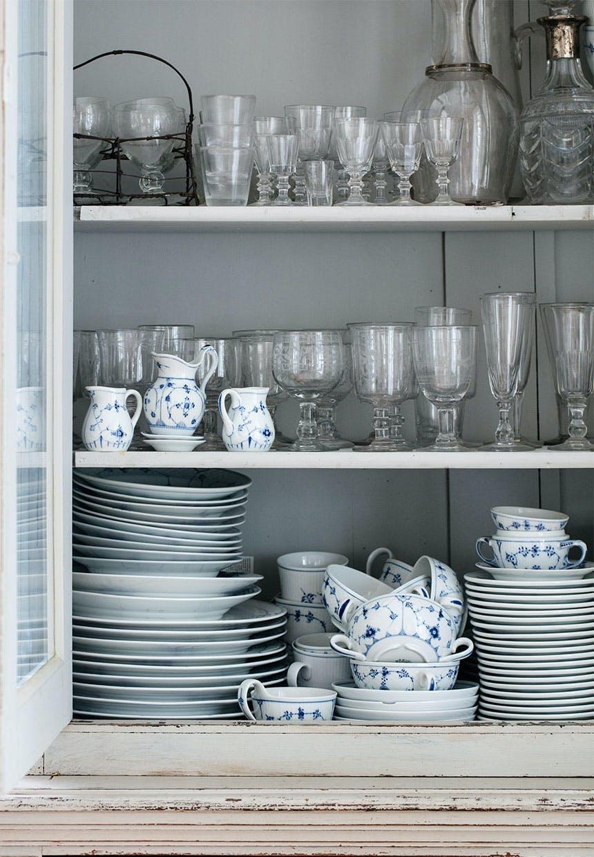Arvestel og glas i vitrineskab