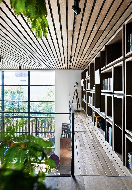 Repos med smal gang med bogreoler langs væggen til lille bibliotek