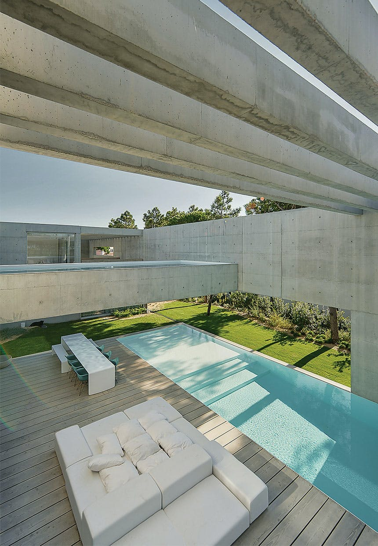 Kig fra første sal til terrasse og swimmingpool i stuen