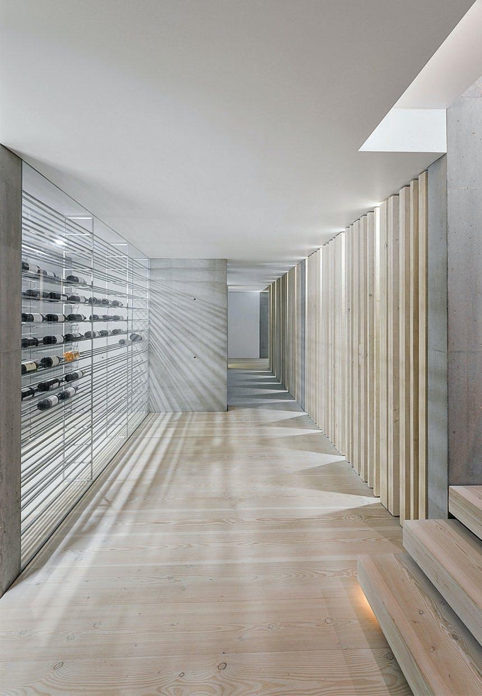 Luksuriøs vinkælder med glasvægge og trægulv
