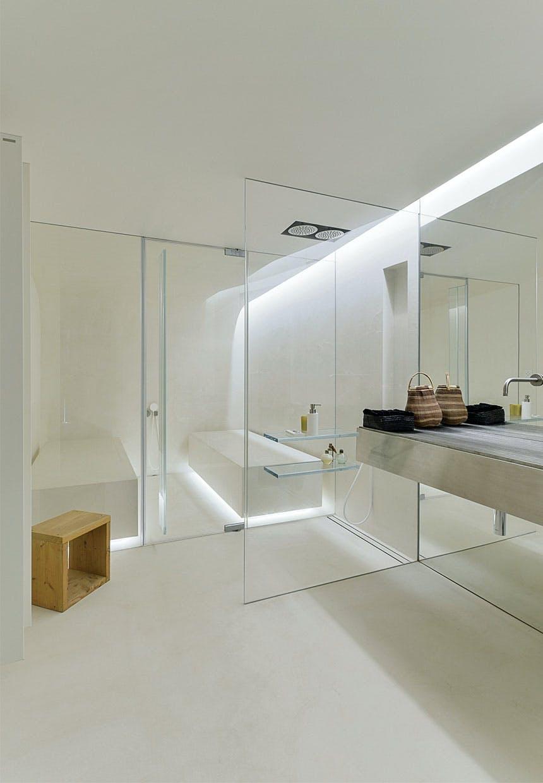 Badeværelse med glasvægge og tyrkisk bad med belysning