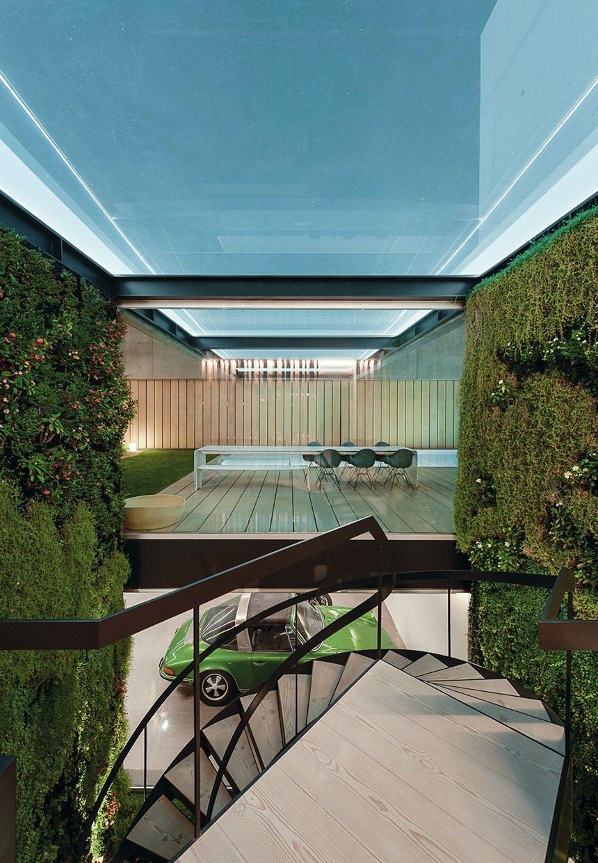Kig fra vindeltrappe til terrasse med bord og bænkesæt og swimmingpool