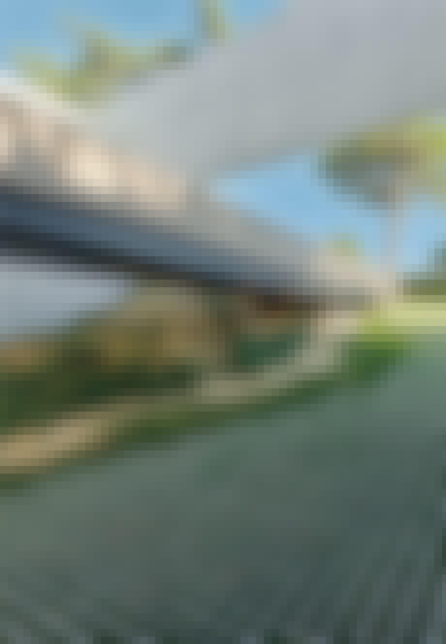 Opkørsel til huset med fliser og græs