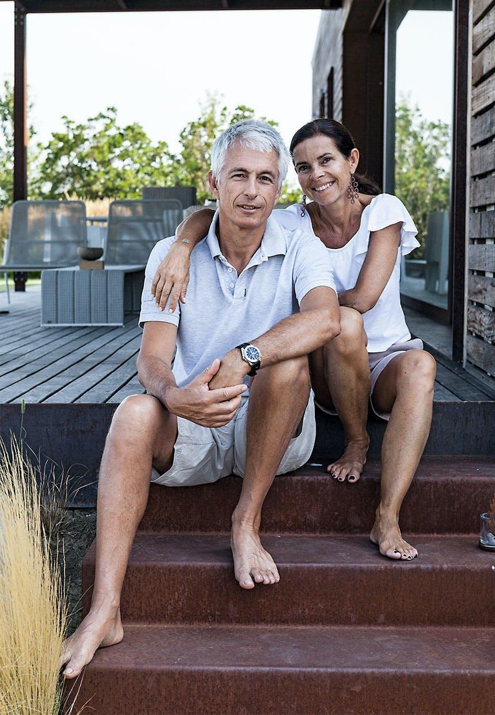 Claudia Ponti og hendes mand siddende på trappetrin