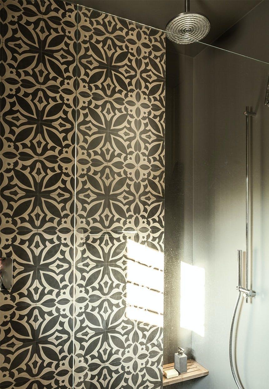Dekorative fliser i brusekabine på badeværelset