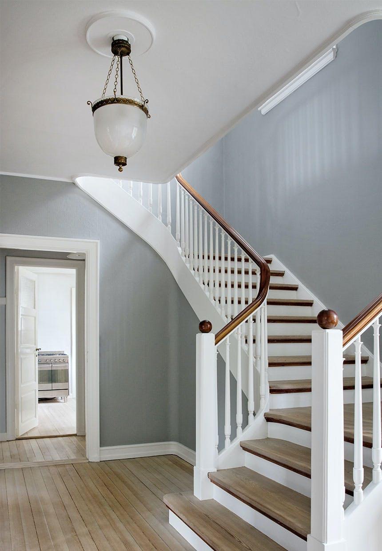 Herskabelig trappeforløb med gammel trætrappe med smukt gelænder