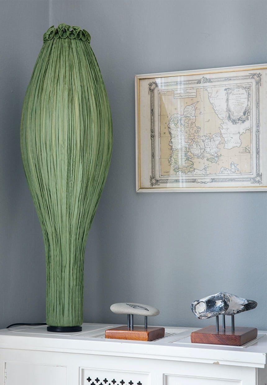 Kunstnerisk grøn designer lampe på skænk