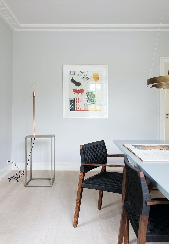 Spisestue med smukke spisebordstole i træ samt skulpturel lampe i hjørnet