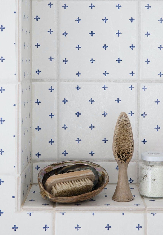 Indbygget hylde i badeværelsesvæggen af fliser