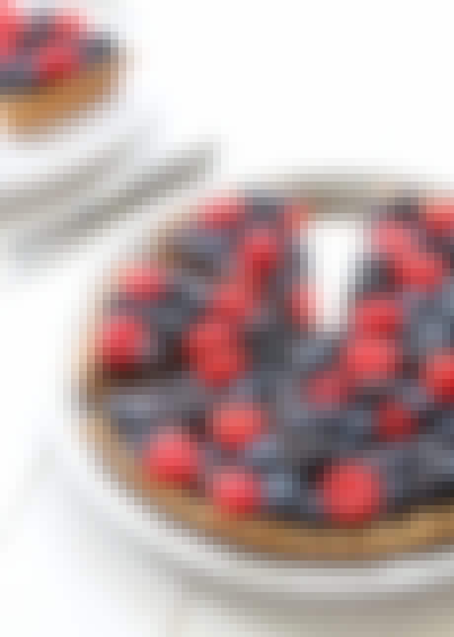 Mandelkage med chokolade og bær