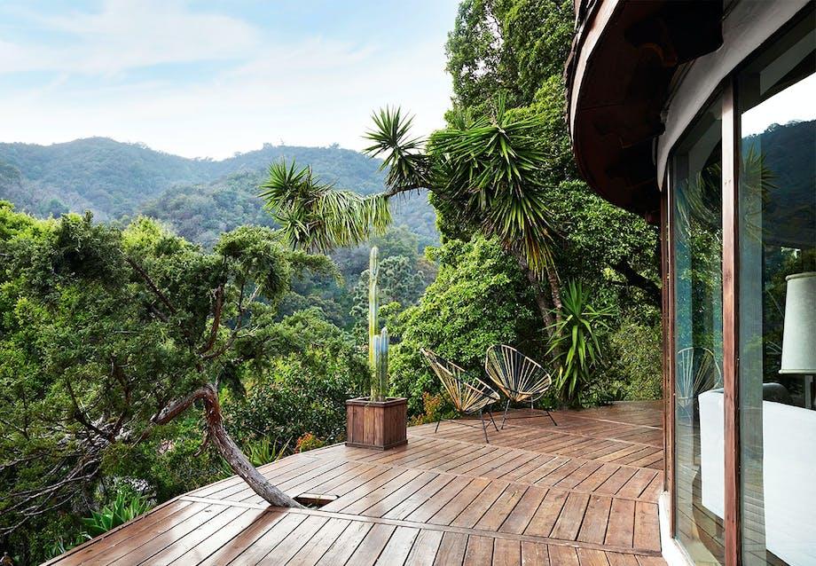 Smukt trædæk der følger husets runde form