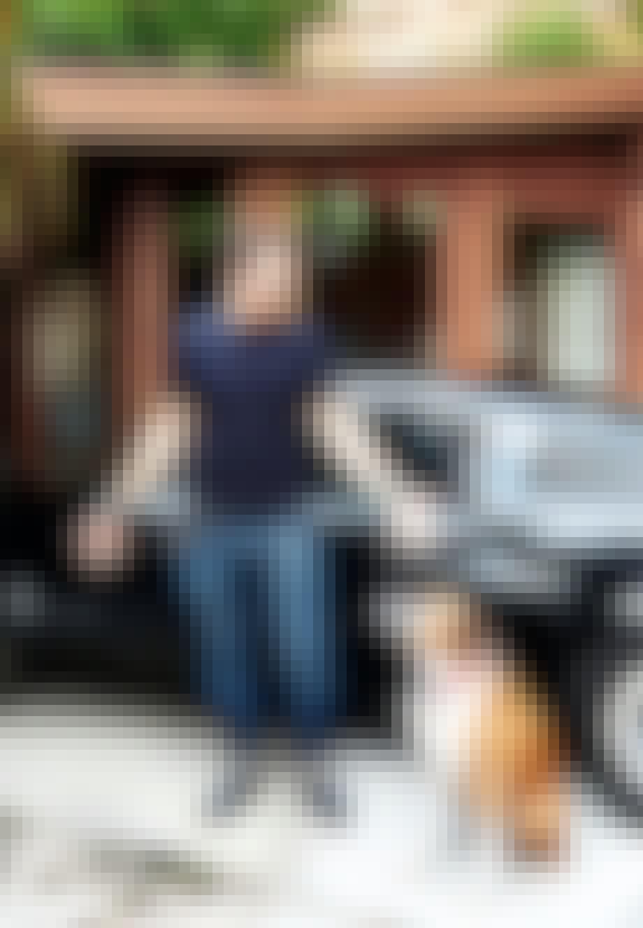 Jonathan Lennard stående foran sin Ford Mustang med sin hund