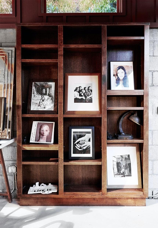 Stor træreol med simpel udstilling af fotografier af Jonathan Lennard