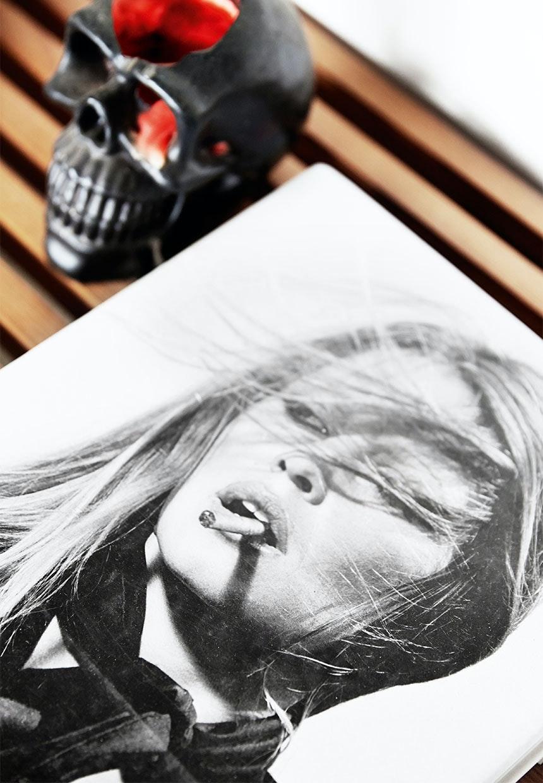 Portræt-fotografi liggende ved siden af et sort kranie