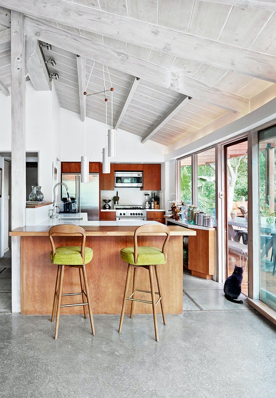 Åbent køkken med bardisk i valnød og barstole fra 1970'erne